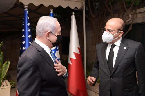 O primeiro-ministro israelense, Benjamin Netanyahu (esq.), conversa com o ministro das Relações Exteriores do Bahrein, Abdullatif bin Rashid Al Zayani (dir.), antes de sua reunião no Escritório do Primeiro Ministério em Jerusalém Ocidental, em 18 de novembro de 2020. [Primeiro-ministro israelense/Agência Anadolu]