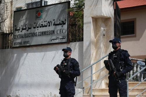 Medidas de segurança são tomadas em frente ao prédio da Comissão Eleitoral Central após as autoridades palestinas abrirem no sábado as inscrições para as eleições legislativas, em Gaza, em 20 de março de 2021. [Mustafa Hassona - Agência Anadolu]