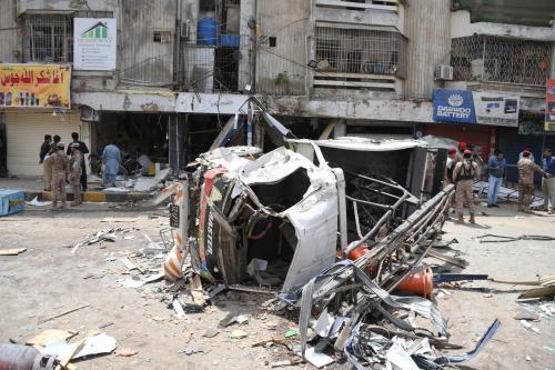 Autoridades de segurança do Paquistão inspecionam o local da explosão em Karachi, Paquistão, em 7 de abril de 2021. (Muhammad Sabir Mazhar/Agência Anadolu)