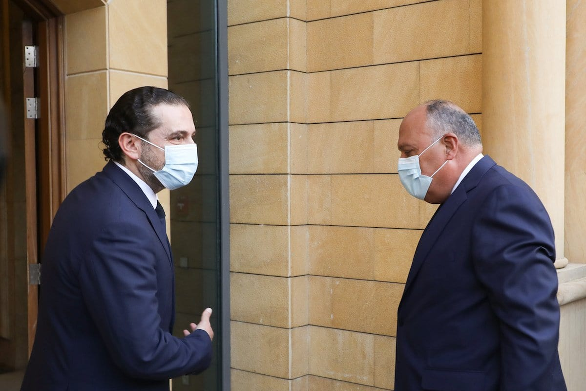 Ministro das Relações Exteriores do Egito, Sameh Shoukry (à direita) e o primeiro-ministro designado, Saad Hariri, durante uma visita oficial em Beirute, Líbano, dia 7 de abril de 2021 [Escritório de Imprensa Saad Hariri /Agência Anadolu]