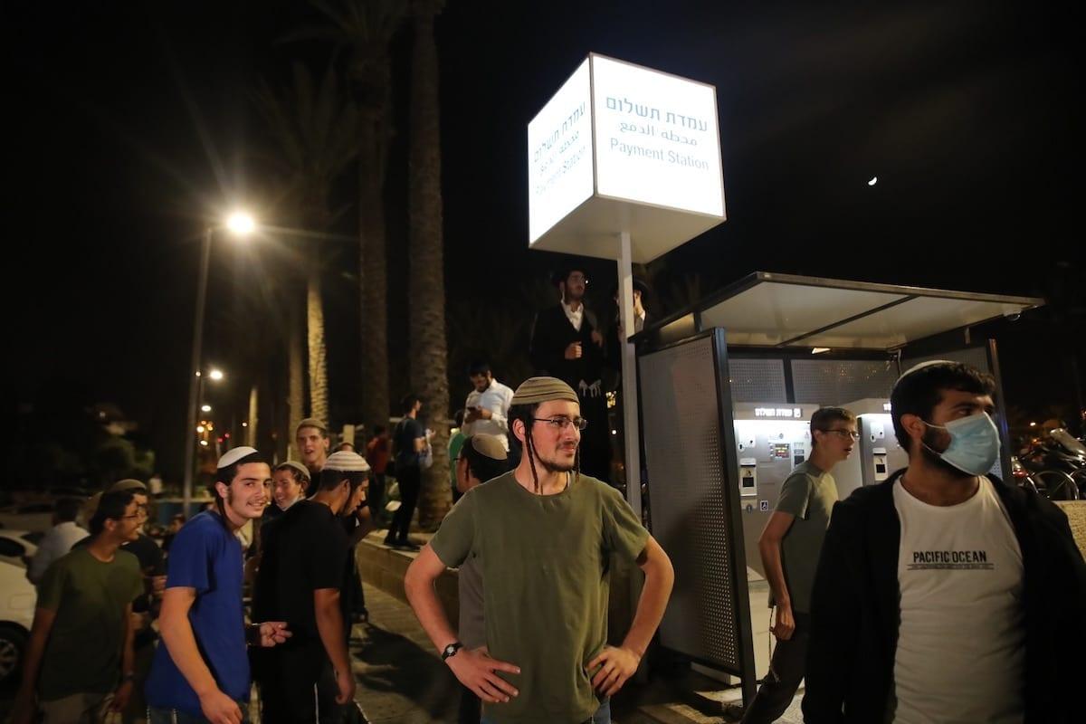 Diante dos olhos da polícia israelense, colonos israelenses extremistas continuam seu incitamento e agressão aos palestinos em Jerusalém, informou o Al-Quds Al-Arabi na sexta-feira.