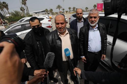 Khalil Al-Hayya (centro), membro do Gabinete Político do Hamas, comenta visita de uma delegação do movimento ao Cairo, capital do Egito, para retomar negociações sobre as eleições palestinas, em Gaza, 15 de março de 2021 [Mohammed Asad/Monitor do Oriente Médio]