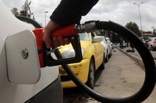 Um motorista abastece seu carro com gasolina em um posto de gasolina na capital síria, Damasco, em 16 de abril de 2019 [Louai Beshara/AFP/Getty Images]