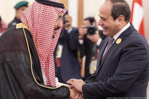 O rei da Arábia Saudita, Salman Bin Abdulaziz Al-Saud (esq.), dá as boas-vindas ao presidente do Egito, Abdel Fattah Al-Sisi, durante uma Cúpula da Liga Árabe em Meca, Arábia Saudita, em 31 de maio de 2019. [Bandar Algaloud/Conselho do Reino da Arábia Saudita/Agência Anadolu]