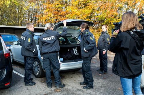 A polícia dinamarquesa durante uma busca em um apartamento municipal em um bloco habitacional em 7 de novembro de 2018 em Ringsted, Dinamarca.Membros do grupo de oposição iraniano ASMLA foram presos pela polícia dinamarquesa neste e em outros locais em Ringsted em cartuns de atividades relacionadas ao terrorismo. [Ole Jensen / Getty Images]