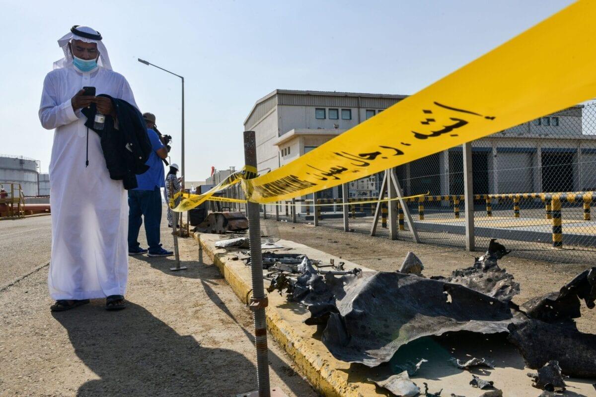 Homem parado perto dos escombros após um ataque às instalações petrolíferas Aramco Saudita, na cidade de Jeddah, no Mar Vermelho da Arábia Saudita, em 24 de novembro de 2020 [FAYEZ NURELDINE/AFP via Getty Images]