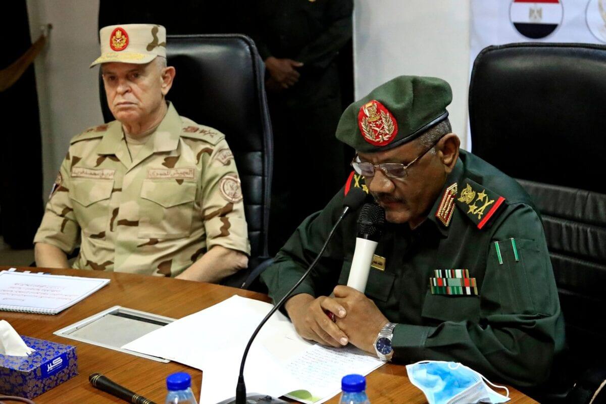 O chefe do Estado-Maior militar sudanês, Mohamed Othman al-Hussein (dir.), fala ao lado de seu homólogo egípcio, Mohamed Farid, durante uma reunião do comitê militar egípcio-sudanês na capital do Sudão, Cartum, em 2 de março de 2021. [Ashaf Shazly/AFP via Getty Images]