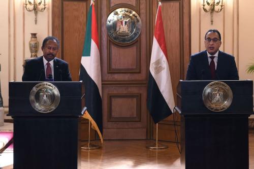 Primeiro-ministro egípcio Mostafa Madbouly (dir) e seu homólogo sudanês Abdalla Hamdok dá uma conferência de imprensa conjunta após reunião na capital egípcia Cairo, em 11 de março de 2021. [Selman Elotefy/ AFP via Getty Images]