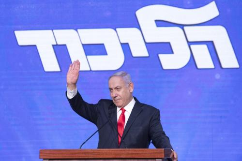 Benjamin Netanyahu, o primeiro-ministro de Israel e líder do partido Likud, acena para seus apoiadores no palco durante um evento do partido em Jerusalém, em 24 de março de 2021. [Kobi Wolf/Bloomberg via Getty Image]