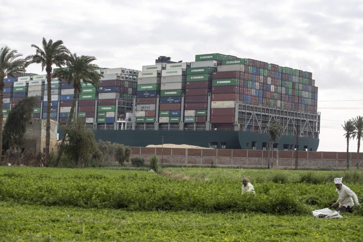 Navio de carga Ever Given visto de uma aldeia perto do Canal de Suez, no Egito, em 28 de março de 2021 [Mahmoud Khaled/Getty Images]