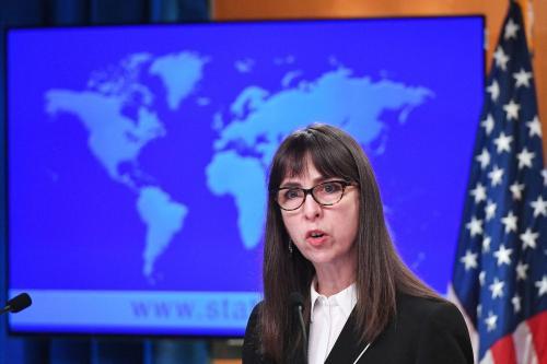 """A Secretária Assistente Interina dos Estados Unidos, Lisa Peterson, do Departamento de Democracia, Direitos Humanos e Trabalho, fala durante a divulgação dos """"Relatórios de países sobre as Práticas de Direitos Humanos de 2020"""", no Departamento de Estado em Washington, DC, em 30 de março de 2021. [MANDEL NGAN/POOL/AFP via Getty Images]."""