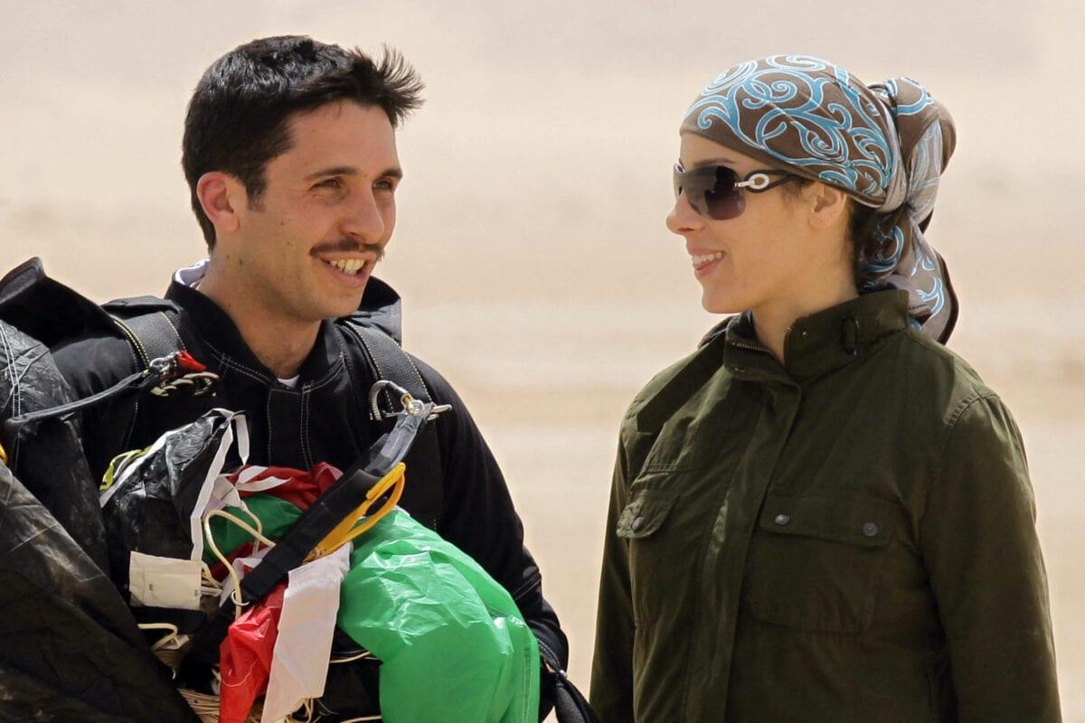 Príncipe jordaniano Hamzah bin al-Hussein (à esquerda), presidente do Clube Real de Esportes Aéreos da Jordânia, e sua esposa, princesa Basma, em evento de imprensa para anunciar o projeto 'Skydive Jordan', no deserto de Wadi Rum, 19 de abril de 2011 [Khalid Mazraawi/AFP via Getty Images]
