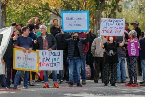 Ativistas palestinos, israelenses e estrangeiros se manifestam contra a ocupação israelense nos Territórios Palestinos e em Jerusalém Oriental, em Sheikh Jarrah, 9 de abril de 2021 [AHMAD GHARABLI/AFP via Getty Images]