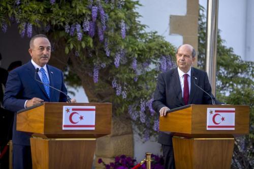 Ministro de Relações Exteriores da Turquia Mevlut Cavusoglu (à esquerda) durante coletiva de imprensa com o líder turco-cipriota Ersin Tatar, em 16 de abril de 2021 [Birol Bebek/AFP via Getty Images]