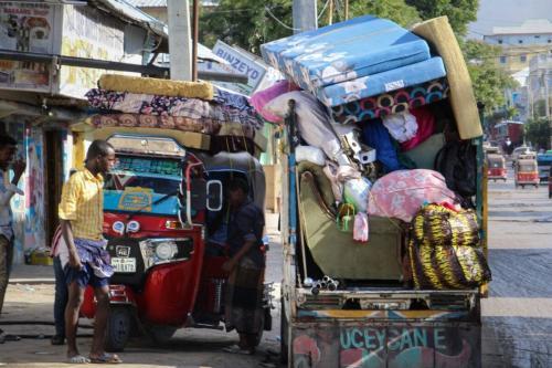 Moradores começam a fugir de suas casas após recentes acidentes entre as forças de segurança da Somália e a força militar somali em Mogadíscio, Somália, em 27 de abril de 2021 [AFP via Getty Images]