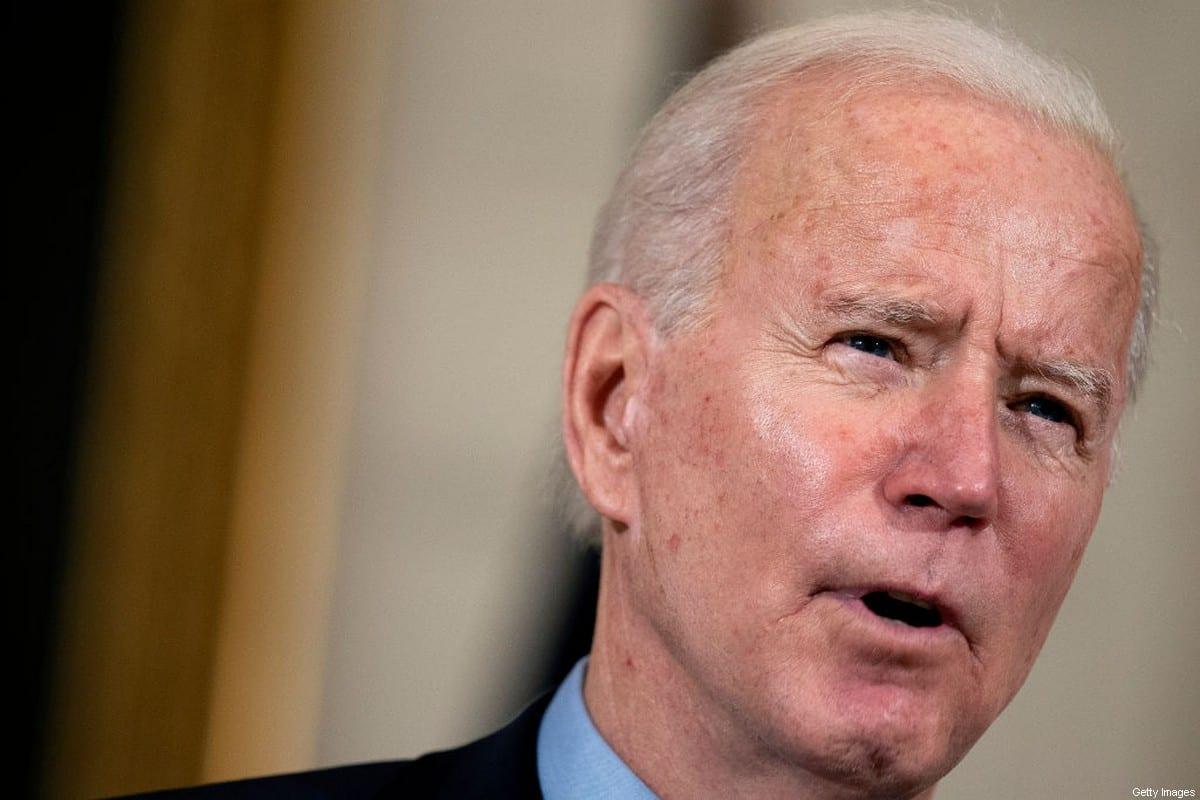 Presidente dos Estados Unidos Joe Biden comenta questão econômica e proposta de resgate de US$1.9 trilhão para conter a crise do coronavírus, em reunião na Casa Branca, em Washington DC, 5 de fevereiro de 2021 [Stefani Reynolds-Pool/Getty Images]