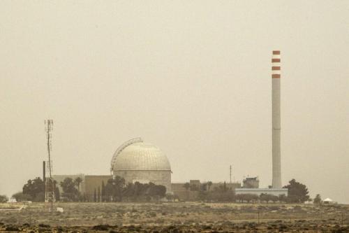 Uma foto tirada em 8 de março de 2014 mostra uma vista parcial da usina nuclear de Dimona, no sul do deserto israelense de Negev [Jack Guez/AFP via Getty Images]