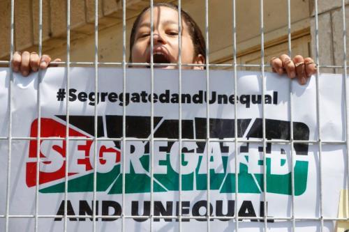 Uma garota grita slogans durante uma manifestação organizada por jovens palestinos em Hebron em 3 de setembro de 2017, contra uma recente decisão de Israel de aumentar os poderes dos colonos na cidade ocupada da Cisjordânia [Hazem Bader/ AFP/Getty Images]