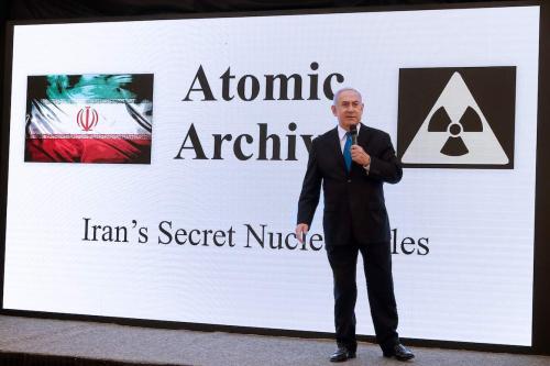 Primeiro-Ministro de Israel Benjamin Netanyahu discursa sobre o programa nuclear iraniano no Ministério da Defesa, em Tel Aviv, 30 de abril de 2018 [Jack Guez/AFP via Getty Images]
