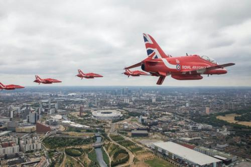 Equipe de acrobacia aérea da Royal Air Force participa do Centenary Flypast sobre o Palácio de Buckingham durante as comemorações do RAF 100, em 10 de julho de 2018, em Londres, Inglaterra. [Ministério da Defesa via Getty Images]