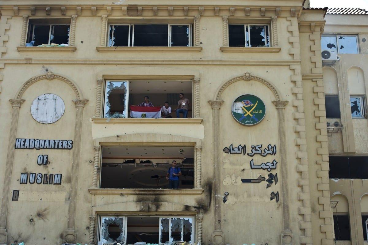 Manifestantes egípcios tomam a fachada da sede da Irmandade Muçulmana, após ser incendiada, na cidade do Cairo, Egito, 1° de julho de 2013 [Khaled Desouki/AFP/Getty Images]