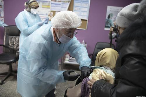 Idosos recebem vacina contra o covid-19 no Centro de Saúde Sidi Fateh, em Rabat, Marrocos, 29 de janeiro de 2021 [Jalal Morchidi/Agência Anadolu]