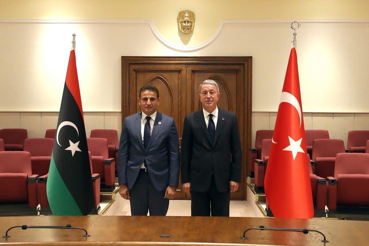 O ministro da Defesa Nacional da Turquia, Hulusi Akar (dir.), e o ministro da Defesa da Líbia, Salah Eddine al-Namrush (esq.), posam para uma foto durante reunião em Ancara, Turquia, em 01 de setembro de 2020 [Ministério da Defesa Nacional/Agência Anadolu]