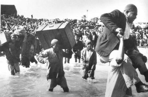 Palestinos fogem de suas casas durante a Nakba (catástrofe), em 1948 [foto de arquivo]