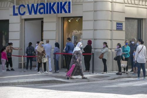 Pessoas usando máscaras fazem fila em frente às lojas depois que medidas contra o novo coronavírus começaram a ser levantadas em Túnis, Tunísia, em 11 de maio de 2020 [Yassine Gaidi/Agência Anadolu]