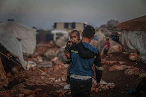 Civis em fuga de ataques do regime sírio de Bashar al-Assad se refugiam em um campo de tendas improvisadas na província de Idlib, Síria, 5 de dezembro de 2020 [Muhammad Said/Agência Anadolu]