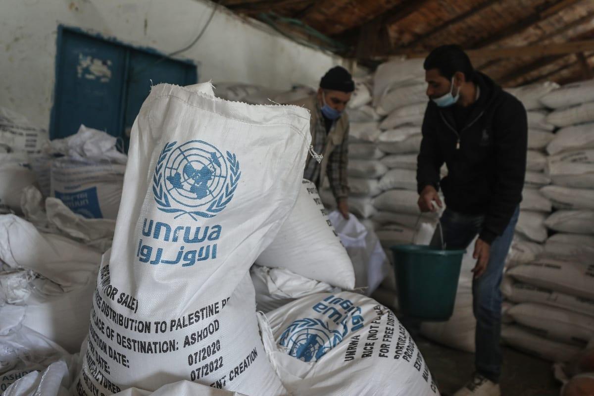 Trabalhadores da Agência das Nações Unidas para os Refugiados da Palestina preparam ajuda para distribuir às famílias em Gaza, em 14 de janeiro de 2020 [Ali Jadallah/Agência Anadolu]