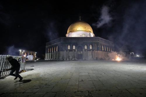 Polícia de Israel dispara gás lacrimogêneo contra fiéis no complexo da Mesquita de Al-Aqsa, em Jerusalém ocupada, 7 de maio de 2021 [Mostafa Alkharouf/Agência Anadolu]