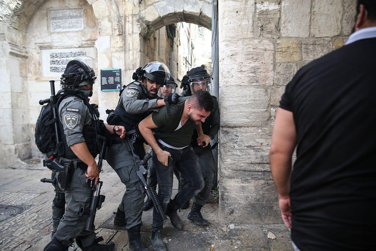 Polícia israelense ataca palestinos com gás lacrimogêneo, balas de borracha e bombas de efeito moral perto do Portão do Leão, em Jerusalém Oriental, 10 de maio de 2021 [Mostafa Alkharouf/Agência Anadolu]
