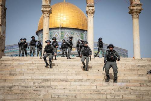 A polícia israelense usa gás lacrimogêneo, balas de borracha e granadas de choque para dispersar os palestinos que estavam no complexo da mesquita de Al-Aqsa em Jerusalém Oriental em 10 de maio de 2021 [Agência Eyad Tawil / Anadolu]