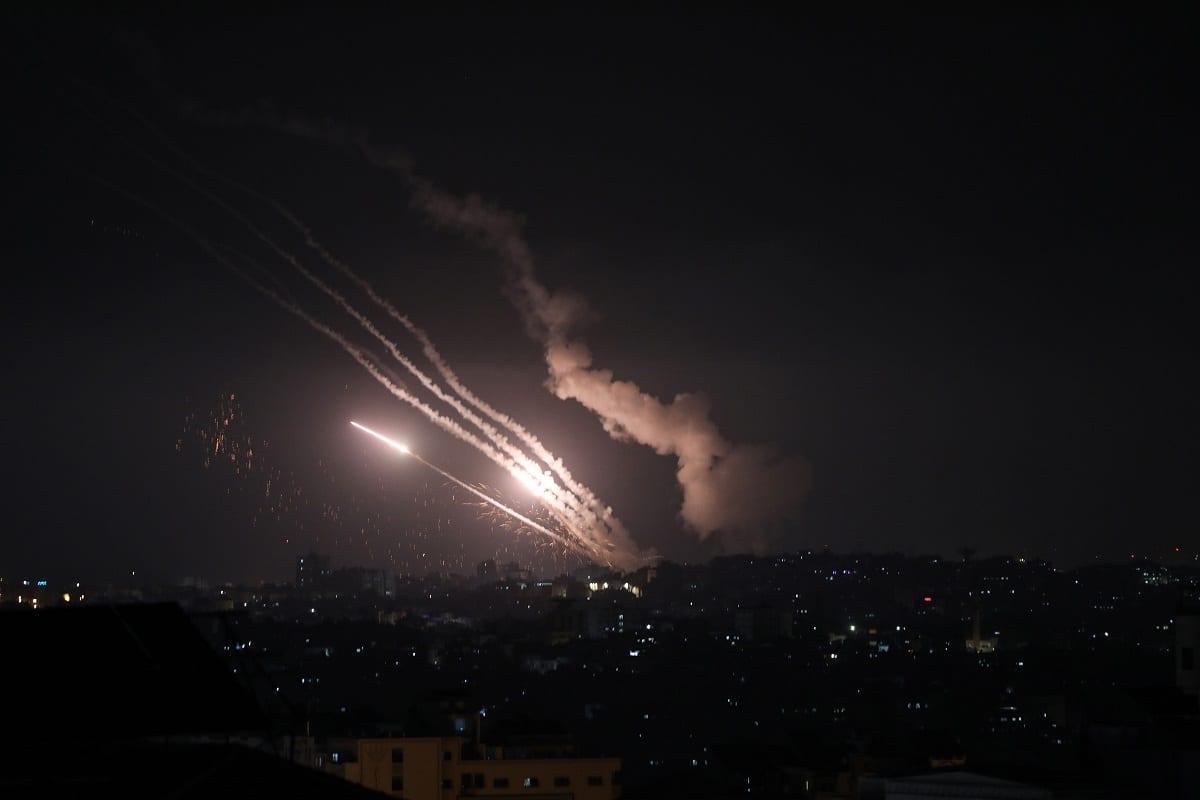 Foguetes são disparados da Faixa de Gaza para diferentes locais em Israel após o prazo para Israel retirar suas forças de segurança de Masjid al-Aqsa ter terminado em 10 de maio de 2021 [Mustafa Hassona/Agência Anadolu]