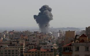 Novos ataques aéreos contra a Faixa de Gaza [Ashraf Amra/Agência Anadolu]