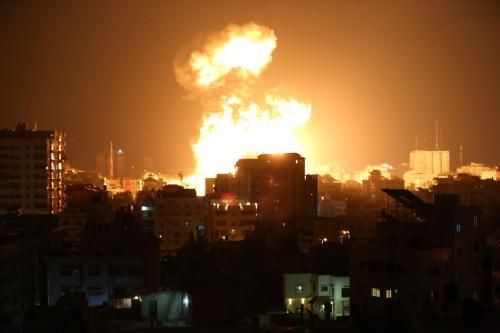 Fumaça e chamas aumentam após caças israelenses conduzirem ataques aéreos na Cidade de Gaza, Gaza, em 13 de maio de 2021 [Ashraf Amra/Agência Anadolu]