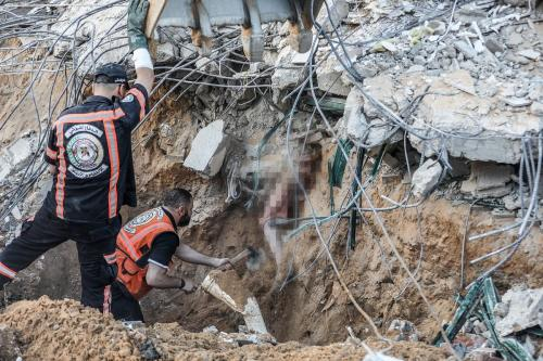 Trabalho de resgate de vítimas nos escombros de uma casa derrubada pela ocupação israelense, deixando sete mortos [Mustafa Hassona / Agência Anadolu]