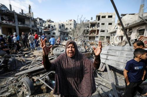 Uma mulher palestina reage enquanto ela e outros procuram sobreviventes nos escombros de edifícios destruídos pelos ataques aéreos israelenses em Gaza, em Beit Hanoun, Gaza em 14 de maio de 2021 [Ali Jadallah/Agência Anadolu]