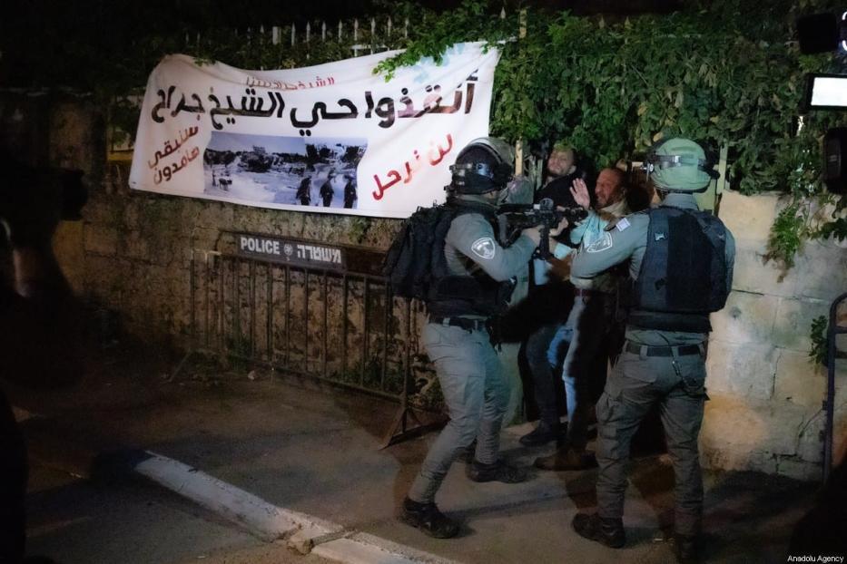 Forças israelenses detêm palestinos no bairro Sheikh Jarrah de Jerusalém Oriental em 14 de maio de 2021. Houve confrontos entre colonos judeus e palestinos que tentavam expulsar à força famílias palestinas de suas casas no bairro Sheikh Jarrah de Jerusalém Oriental [Eyad Tawil / Agência Anadolu]