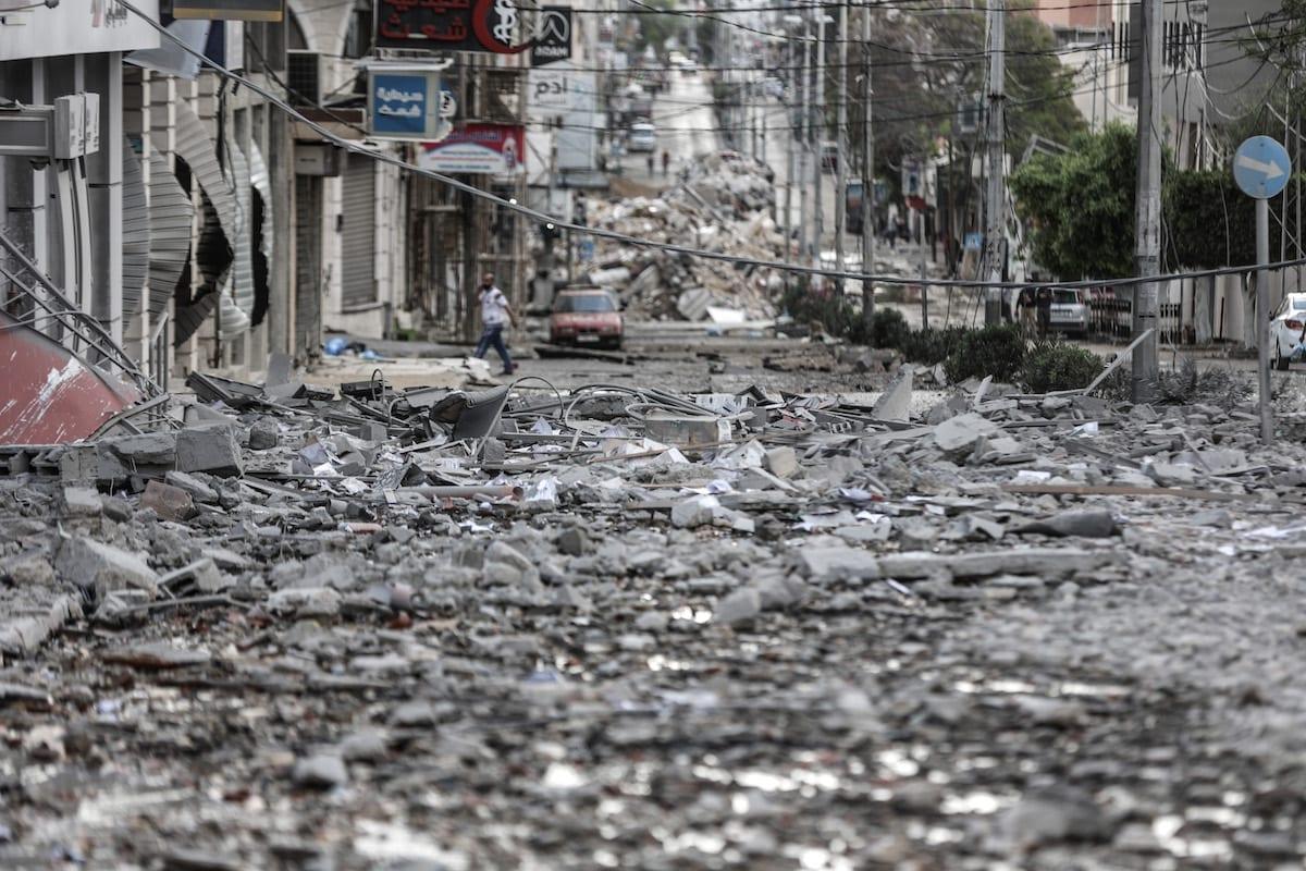 Prédios danificados após ataques aéreos israelense contra a Faixa de Gaza, 17 de maio de 2021 [Ali Jadallah/Agência Anadolu]