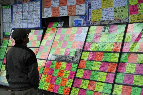 Homem olha cartazes com vagas de empregos em uma rua de Potosí, Bolívia, em 13 de abril de 2010 [Marcel Crozet/ OIT].