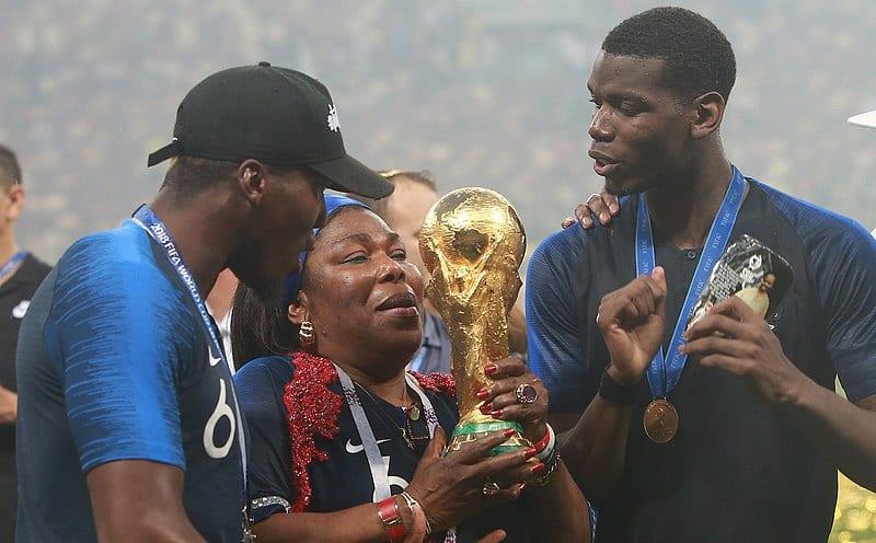 Jogador de futebol francês Paul Pogba e família seguram o Troféu da Copa do Mundo da FIFA após a partida final do torneio, em 15 de julho de 2018 [Anton Zaitsev/Wikimedia]