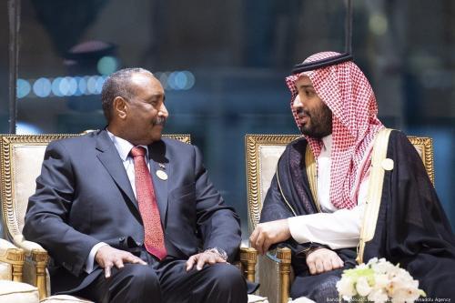 Mohammad Bin Salman, príncipe herdeiro e governante de fato da Arábia Saudita, conversa com Abdul Fattah al-Burhan, presidente do Conselho de Transição Militar do Sudão, durante cúpula de emergência da Liga Árabe em Meca, 31 de maio de 2019 [Bandar Algaloud/Agência Anadolu]