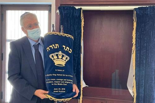 No ano passado, Jared Kushner encomendou uma Torá em homenagem ao seu rei, Hamad bin Isa Al Khalifa, para ser usada na sinagoga em Manama, Bahrein [@hnonoo75/Twitter]