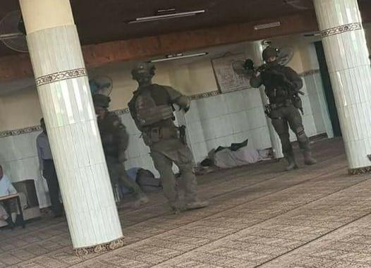 Soldados de Israel rendem fiéis na mesquita de Aqraba, perto de Nablus, Cisjordânia ocupada [Divulgação]