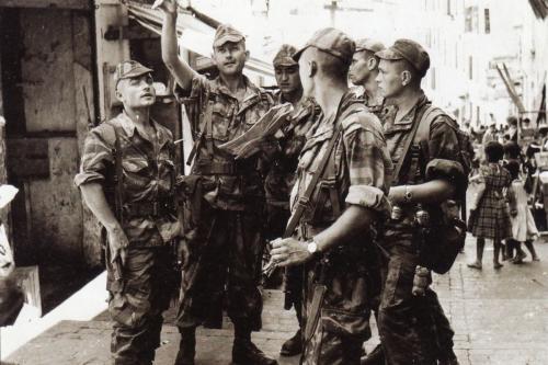 """Pára-quedistas franceses vistos durante """"La Bataille d'Alger"""" em 1957"""