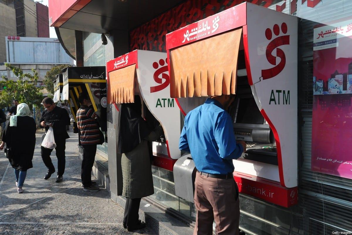 Os iranianos sacam dinheiro em caixas eletrônicos em Teerã, Irã, em 18 de setembro de 2018 [Scott Peterson/Getty Images]