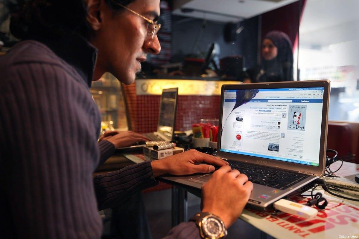 Uso de redes sociais aumentou na pandemia entre árabes [Peter Macdiarmid/Getty Images]
