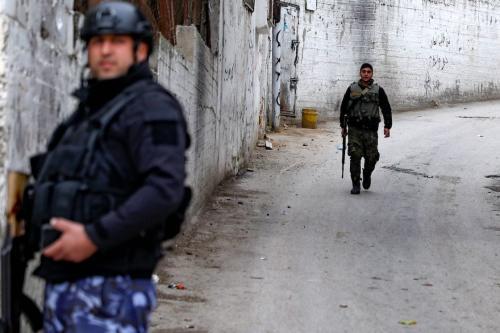 Forças de segurança palestinas montam guarda na entrada do campo de Balata, perto da cidade ocupada de Nablus, na Cisjordânia, em 15 de dezembro de 2020 [Jaafar Ashtiyeh/AFP via Getty Images]
